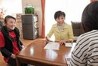 懇談しながら「子育てアンケート」を進める古屋副代表=1日 神奈川・三浦市