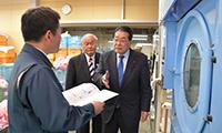 寺田代表取締役に中小企業応援ブックの内容を説明する石田政調会長ら=1日 徳島市