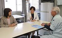 山本香苗参院議員(中)は中小企業を訪問し「働き方改革を進める企業に光が当たるよう力を注ぐ」と語った=1日 滋賀・草津市