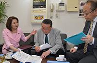竹谷とし子参院議員(左)は建設会社の社長にアンケートを行い、「中小企業応援ブック」を手に、経営状況や要望などを聞いた=4日 東京・練馬区