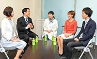 (左から)佐々木さん、平木さんとの懇談で、3人は仕事の課題や政治への要望を語ったコメ=9日 参院議員会館