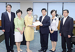 Furuya presents party cancer proposal to HLW Minister Shiozaki on Aug. 3