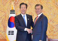 Chief Representative Yamaguchi met with President Moon at the Blue House in Seoul