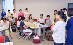 Komeito Women's Committee members discuss recurrent education program on Sep. 19