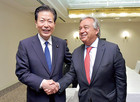 Yamaguchi greeted UN Secretary-General António Guterres before their meeting in Nagasaki on Aug. 8