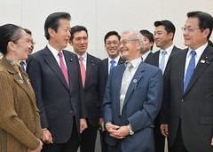 Nobel laureate Akira Yoshino congratulated by Komeito members on Oct. 18