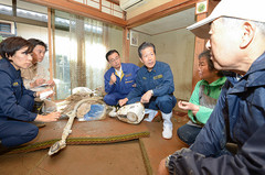 Yamaguchi joined other Komeito responders at disaster sites (Oct. 16)