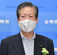 Yamaguchi speaking with reporters on PM Abe's resignation on Aug. 28