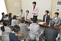 避難住民との懇談会であいさつする高木(美)さん=7日 福島・会津若松市
