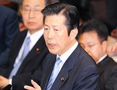 党首討論で野田首相を厳しく問いただす山口代表