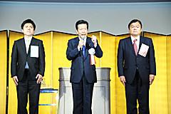 赤羽氏と中野氏へ期待を寄せる山口代表=26日 神戸市