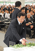 「水俣病慰霊の碑」の前で献花する江田氏=1日 熊本・水俣市