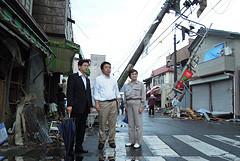 災害発生直後に茨城県つくば市内の現場を視察する石井県代表ら=6日午後