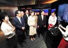 最新の情報技術について説明を受ける石井政調会長と党IT技術活用検討プロジェクトチーム=14日 東京・千代田区