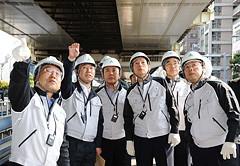 首都高の高架下で補強・補修工事の進ちょく状況を調査する上田、太田氏ら=23日 東京・港区