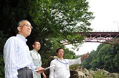 長篠橋の劣化状況などを調査する荒木氏ら=8日 愛知・新城市