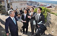 災害避難経路の課題などを調査する遠山本部長、山本事務局長ら=2月27日 三重・鳥羽市の神島