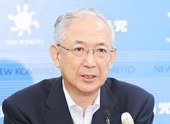 記者会見で見解を述べる井上幹事長(13日 国会内)