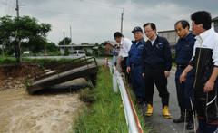 橋が崩落した被災現場を視察する木庭氏ら=14日 福岡・久留米市