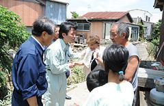 被災した住民を励まし、必要な支援について聞くはまち氏ら=16日 福岡・みやま市