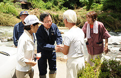 上水道が寸断された山間部で、被災者の激励に当たる木庭氏ら=17日 福岡・八女市
