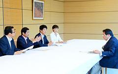 斉藤副長官に提言する佐藤座長と大口、石川、古屋の各氏=18日 首相官邸