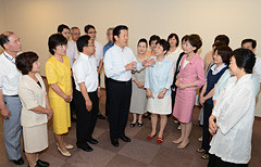 党神奈川県本部の議員と懇談する山口代表=20日 横浜市