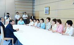 藤村官房長官に提言を申し入れる松議長と5都県の党女性局長ら=21日 首相官邸
