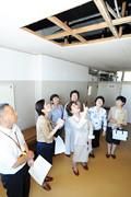 老朽化した小学校の雨漏り箇所を視察する池坊さん、山本(香)さんら=27日 東京・立川市