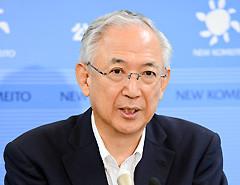 記者会見で見解を述べる井上幹事長=31日 国会内