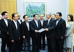 復興予算に関する緊急提言を藤村官房長官に申し入れる井上幹事長ら=11日 首相官邸