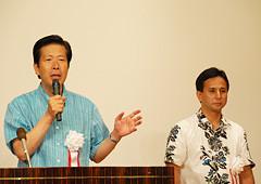 政経文化セミナーであいさつする山口代表と遠山氏=15日 沖縄・那覇市