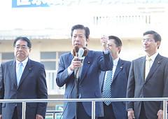 街頭演説で野田政権の姿勢を批判する山口代表と石田、山本(博)氏=21日 松山市