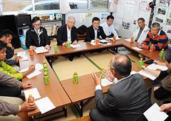 仮設住宅の集会所で住民の意見を聞く井上幹事長(奥左から2人目)ら=28日 仙台市