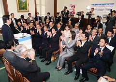 延命を図る野田政権を追及し、早期解散に追い込むことを確認し合った両院議員総会=29日 国会内