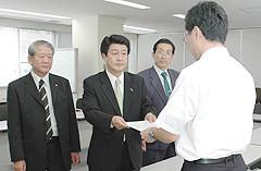 経産省に基金の弾力的活用を申し入れる、いなつ氏ら=2006年8月28日