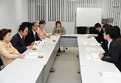 iPS細胞研究所のスタッフから話を聞く党再生医療推進PT=5日 京都大学