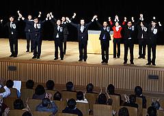 絶大な支援を訴える山口代表と、国重、いさ、佐藤、北がわ、赤羽、中野氏ら=12日 大阪市