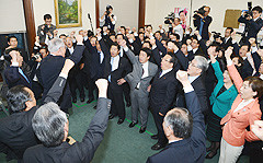 山口代表、井上幹事長を中心に衆院選の必勝を誓い合った両院議員総会=16日 国会内