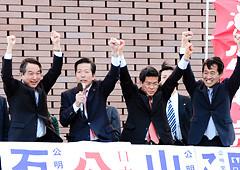 公明党への力強い支援を呼び掛ける山口代表、石井政調会長と岡本、輿水の各氏=18日 茨城・つくば市