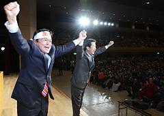 衆院選勝利へ支援を訴える山口代表と赤羽氏=19日 神戸市