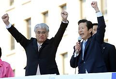 衆院選勝利を訴える山口代表と富田氏=20日 千葉・市川市