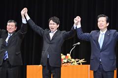 景気回復をめざし必勝を期す国重氏への支援を訴える山口代表と自民党の石破幹事長=21日 大阪市