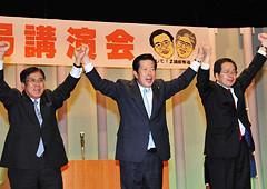 公明勝利へ絶大な支援を呼び掛ける山口代表と斉藤、桝屋の両氏=25日 山口・宇部市