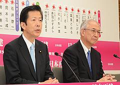 記者団の質問に答える山口代表と井上幹事長=17日 党本部