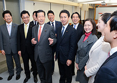 来年の政治決戦の勝利へ青年委員会のメンバーを激励する山口代表=27日 党本部