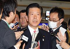 訪中団の出発に先立ち記者団の質問に答える山口代表=22日 東京・羽田空港