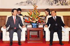 中日友好協会の唐会長と会談する山口代表=23日 北京・釣魚台国賓館(撮影・竹内真二)