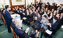 「日本再建」を進め、合意形成の政治実現を誓い合った両院議員総会=28日 国会内