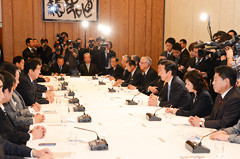 当面する課題について協議した政府・与党連絡会議=4日 首相官邸